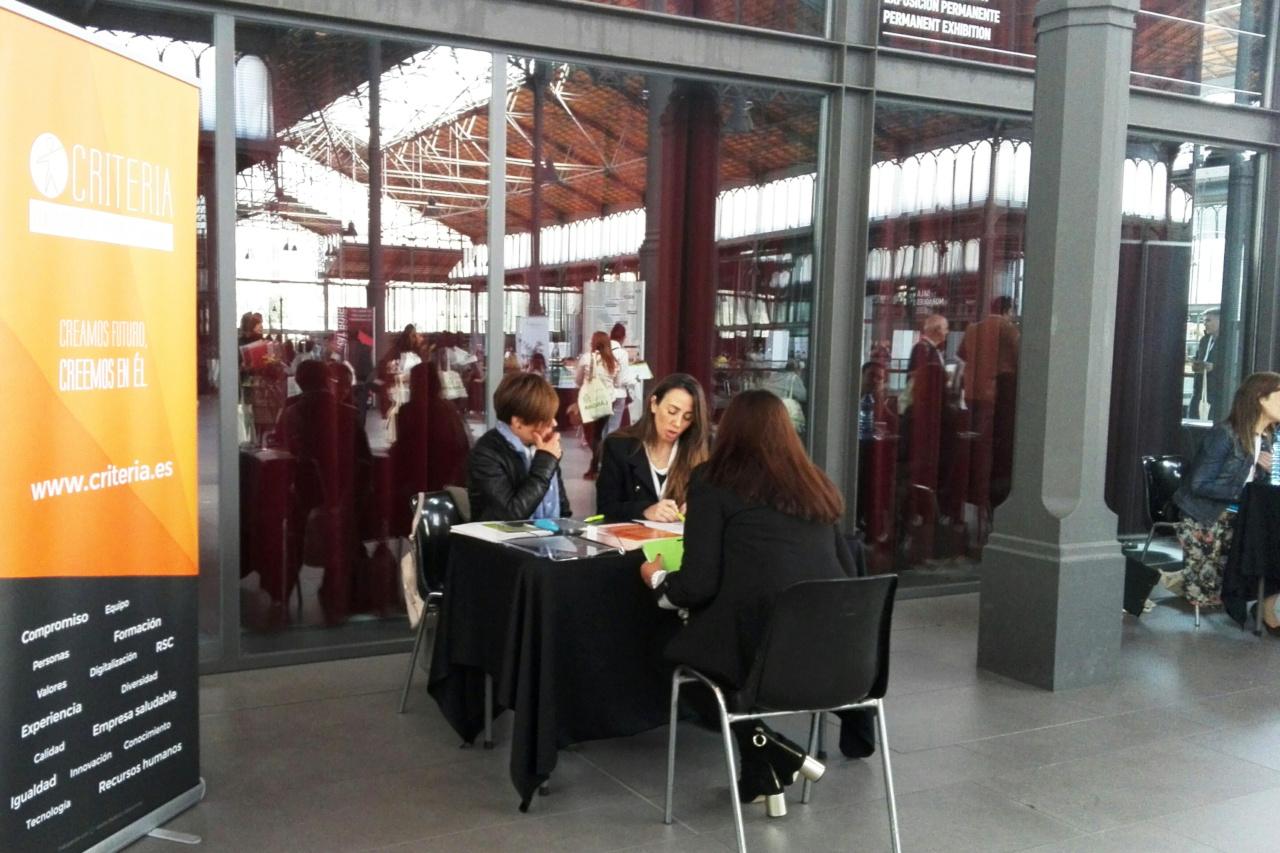 Noelia Martín e Isabel Reyes atendiendo a las personas participantes del Programa Làbora