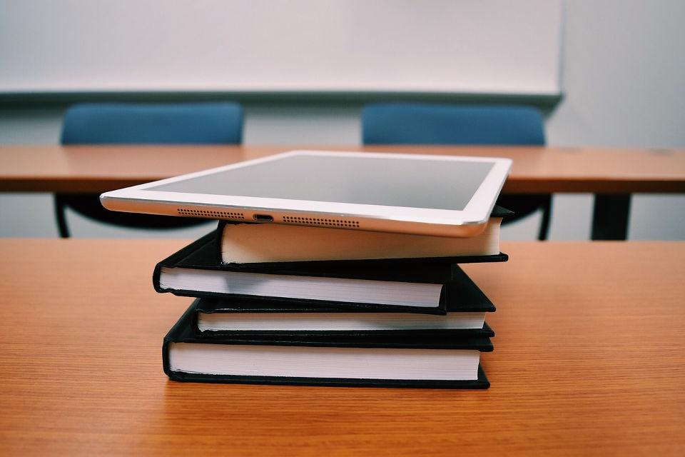 Tablet y libros