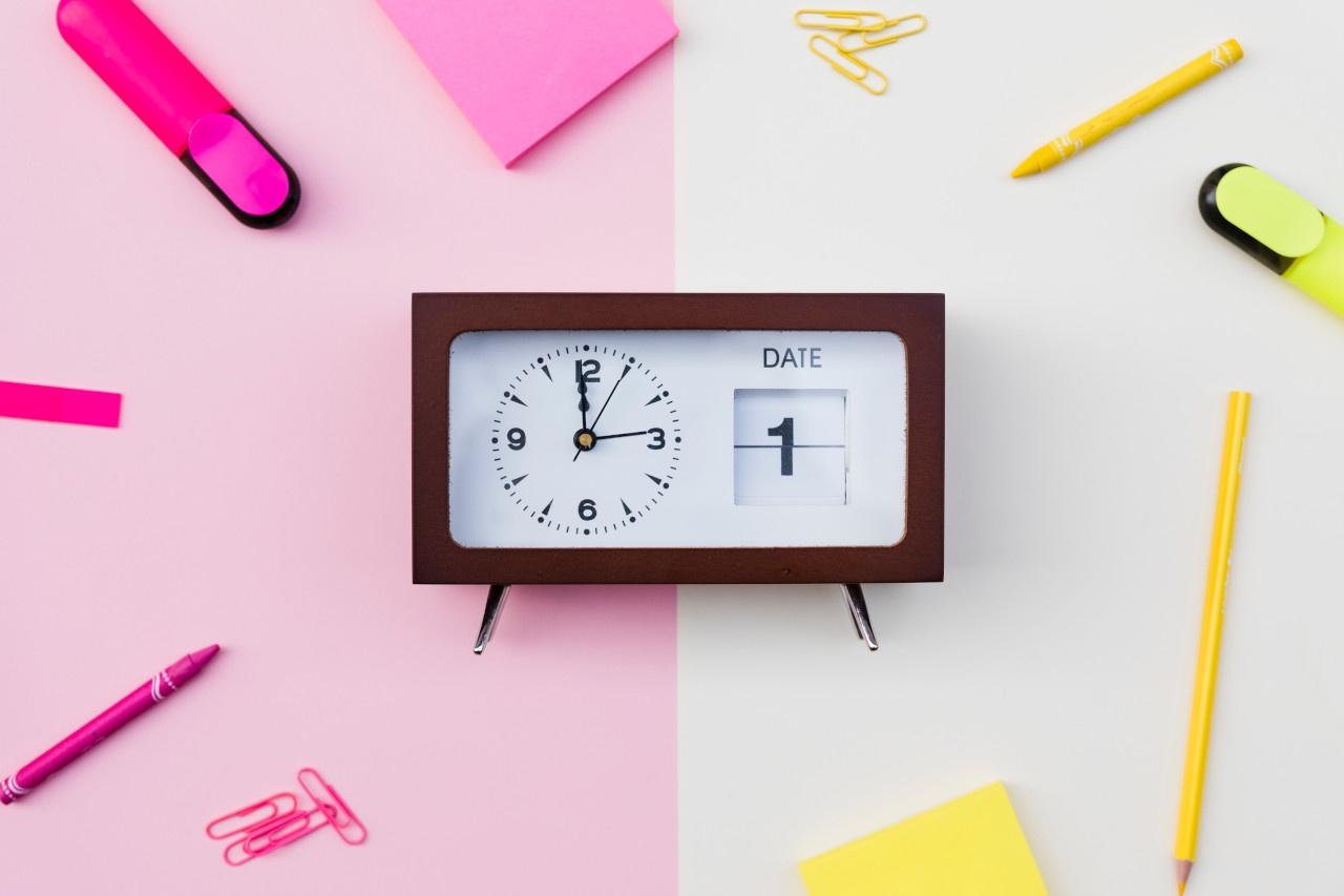 Reloj sobre un fondo colorido