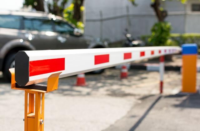 Barrera de acceso a un aparcamiento