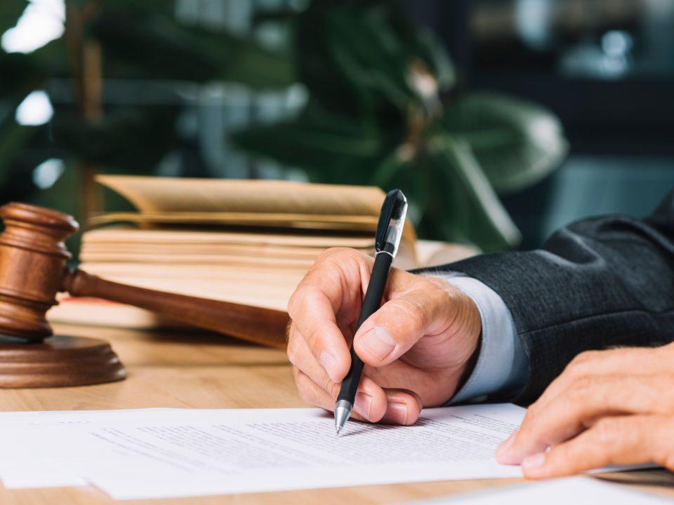 Juez firmando unos papeles
