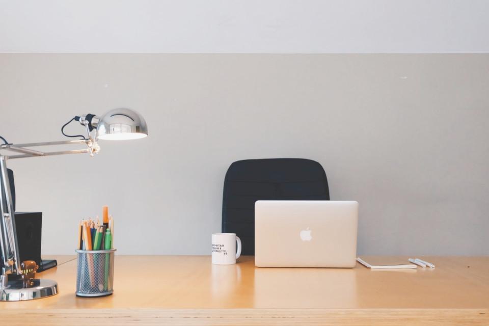 Escritorio de oficina sin personal