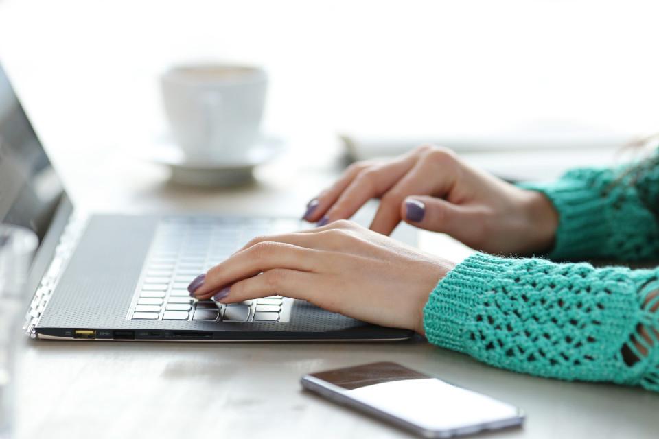 Mujer utilizando su ordenador portátil